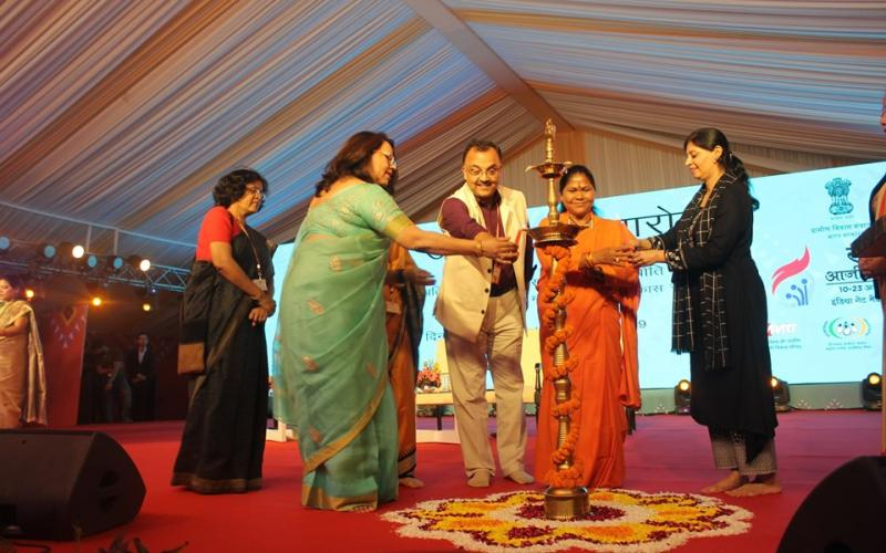 Hone'ble Minister of State, Smt. Sadhvi Niranjan Jyoti ji, MoRD, lighted the lamp & inaugurated #SARASAajeevika2019 at India Gate