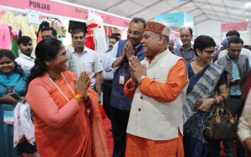 Hon'ble Minister of Agriculture & Farmers Welfare, Rural Development & Panchayati Raj, Shri. Narendra Singh Tomar Ji, visited #SARASAajeevika2019. #SARASMeinHUM #EmpoweringRuralWomen